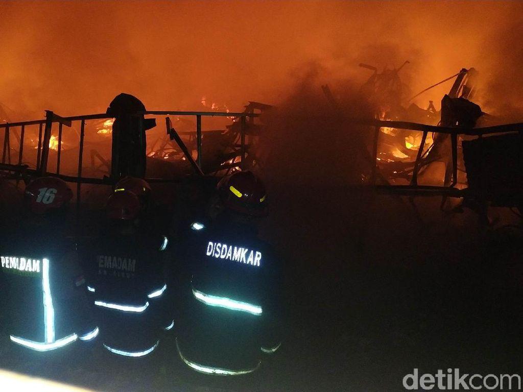 412 Kios Pedagang Pasar Leles Garut Hangus Terbakar