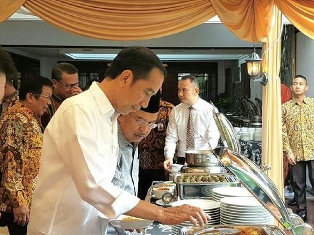 Presiden Jokowi Ultah, Intip Momennya Cicip Kopi Aceh dan Mi Titi Makassar