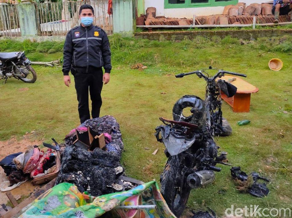 Kesurupan, Pria di Sukabumi Bakar Rumah-Motornya Sendiri