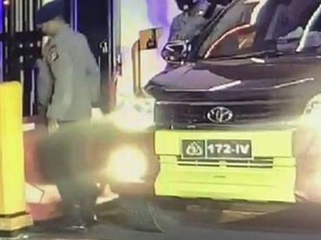 Portal Kenai Mobil Satpol PP Sebelum Perwira Pukul Petugas Jaga Polda Riau