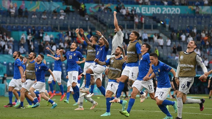 ROME, ITALY - JUNE 20: Players of Italy celebrate their sides victory towards the fans after the UEFA Euro 2020 Championship Group A match between Italy and Wales at Olimpico Stadium on June 20, 2021 in Rome, Italy. (Photo by Mike Hewitt/Getty Images)