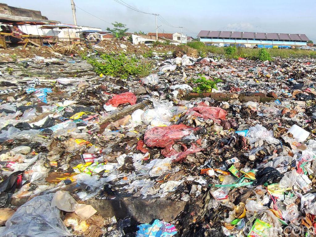 Terbengkalai Usai Terbakar, Lahan Eks Pasar Ciranjang Dipenuhi Sampah