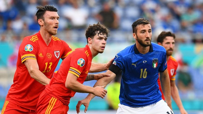 ROME, ITALY - JUNE 20: Kieffer Moore and Neco Williams of Wales and Bryan Cristante of Italy compete as a corner is took during the UEFA Euro 2020 Championship Group A match between Italy and Wales at Olimpico Stadium on June 20, 2021 in Rome, Italy. (Photo by Claudio Villa/Getty Images)