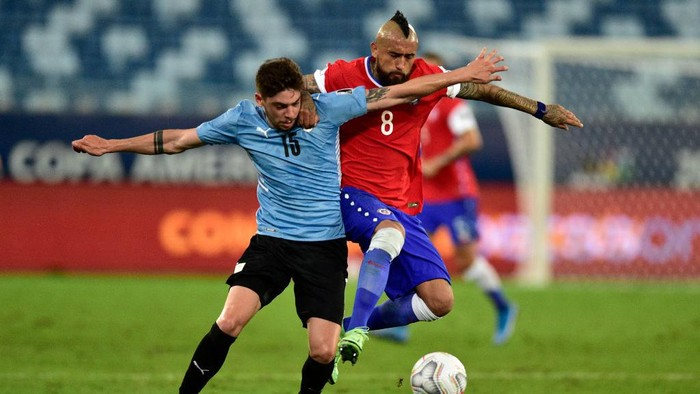 CUIABA, BRAZIL - JUNE 21: Federico Valverde of Uruguay competes for the ball with Arturo Vidal of Chile during a group A match between Uruguay and Chile as part of Conmebol Copa America Brazil 2021 at Arena Pantanal on June 21, 2021 in Cuiaba, Brazil. (Photo by Rogerio Florentino/Getty Images)