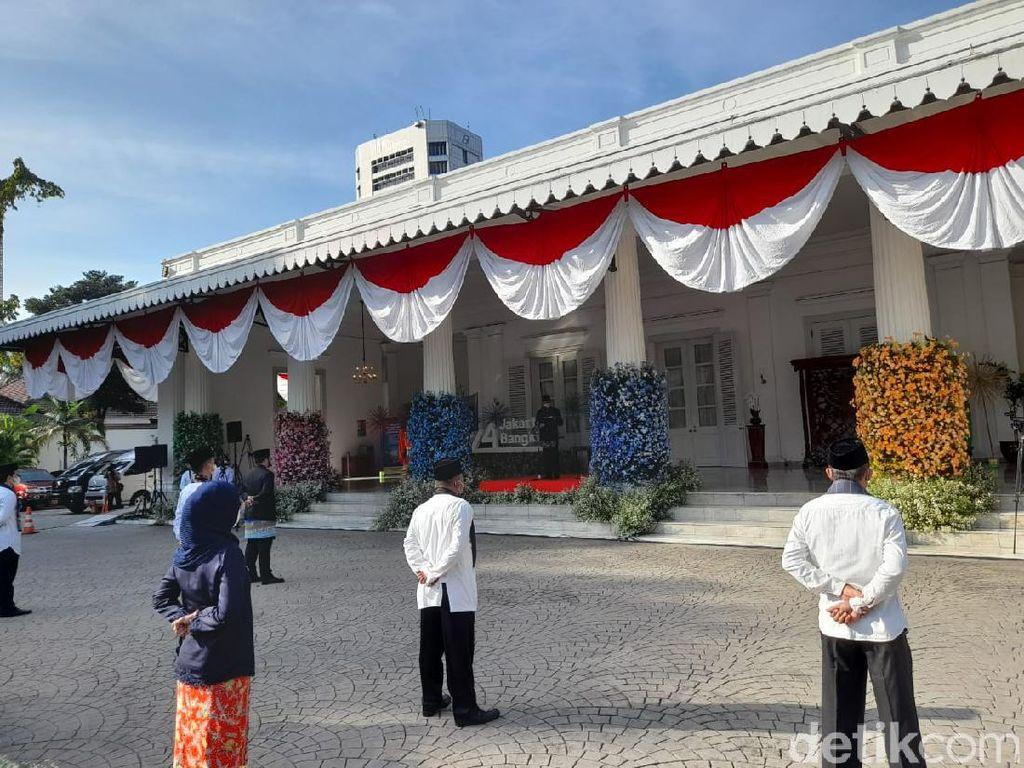 Anies Pimpin Upacara HUT Jakarta di Balai Kota, Peserta Jaga Jarak-Bermasker