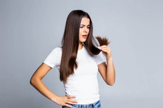 Panas yang dihasilkan oleh hair dryer membuat batang rambut rusak.