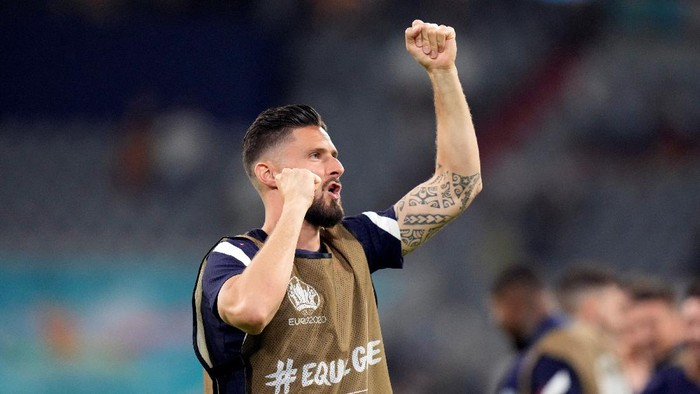 Frances Olivier Giroud salutes the fans after the Euro 2020 soccer championship group F match between France and Germany at the Allianz Arena in Munich, Germany, Tuesday, June 15, 2021. France won the match 1-0. (AP Photo/Matthias Schrader, Pool)