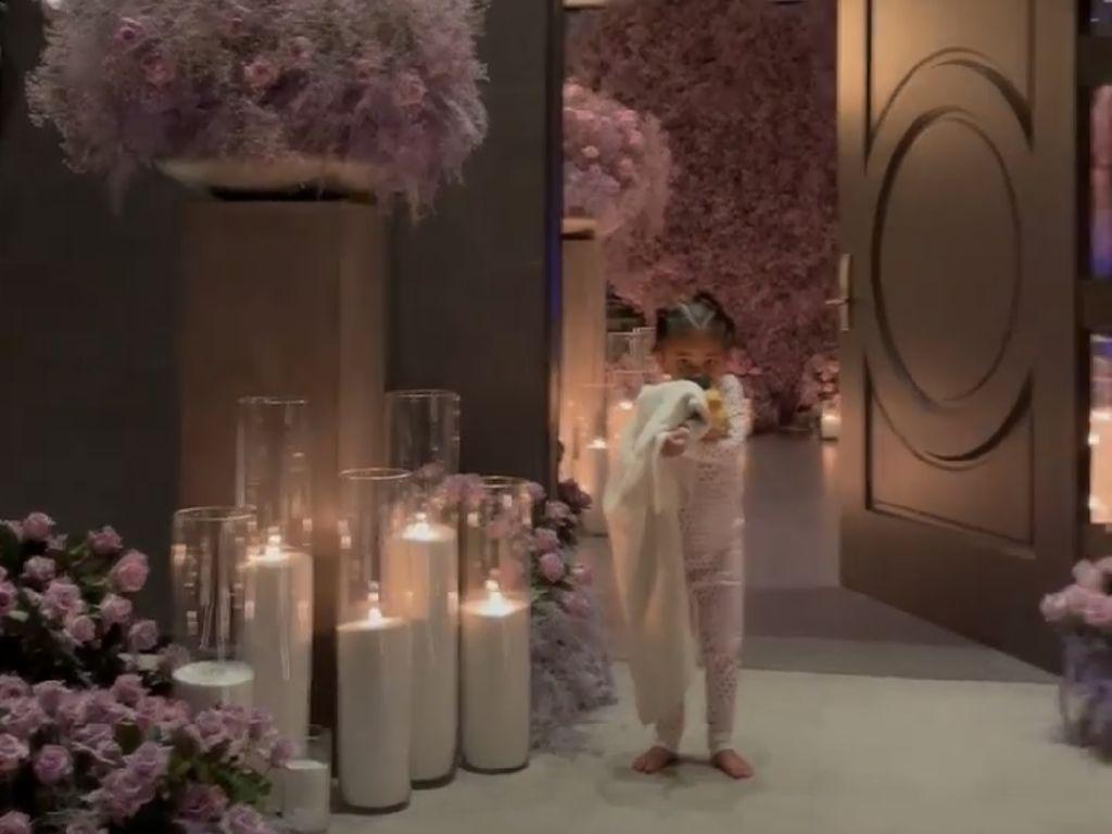 Bikin Takjub, Rumah Kylie Jenner Penuh Bunga Demi Travis Scott di Hari Ayah
