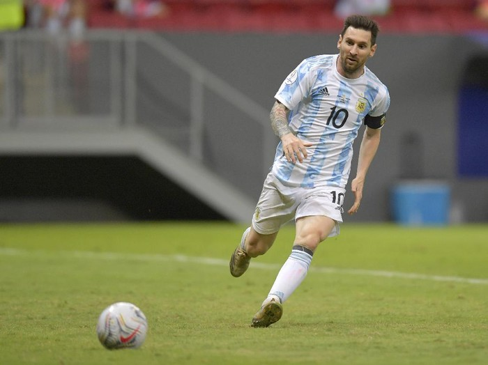 BRASILIA, BRAZIL - JUNE 21: Lionel Messi of Argentina looks at the ball during a group A match between Argentina and Paraguay as part of Conmebol Copa America Brazil 2021 at Mane Garrincha Stadium on June 21, 2021 in Brasilia, Brazil. (Photo by Pedro Vilela/Getty Images)