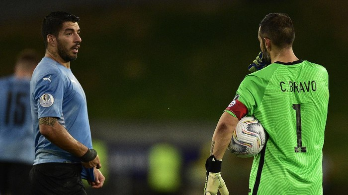 CUIABA, BRAZIL - JUNE 21: Luis Suarez of Uruguay talks with Claudio Bravo goalkeeper of Chile during a group A match between Uruguay and Chile as part of Conmebol Copa America Brazil 2021 at Arena Pantanal on June 21, 2021 in Cuiaba, Brazil. (Photo by Rogerio Florentino/Getty Images)