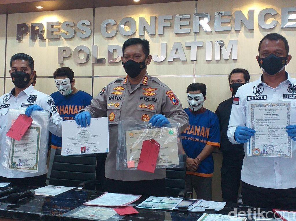 Komplotan Pemalsu Ijazah hingga KTP di Surabaya Diringkus