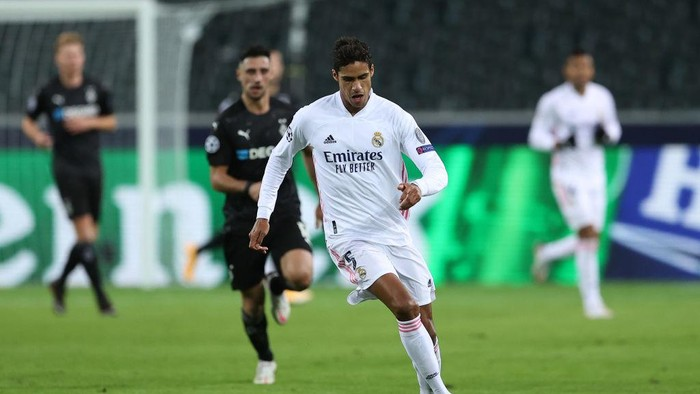 MOENCHENGLADBACH, GERMANY - OCTOBER 27:  Raphael Varane of Mdrid runs with the ball during the UEFA Champions League Group B stage match between Borussia Moenchengladbach and Real Madrid at Borussia-Park on October 27, 2020 in Moenchengladbach, Germany. (Photo by Lars Baron/Getty Images)
