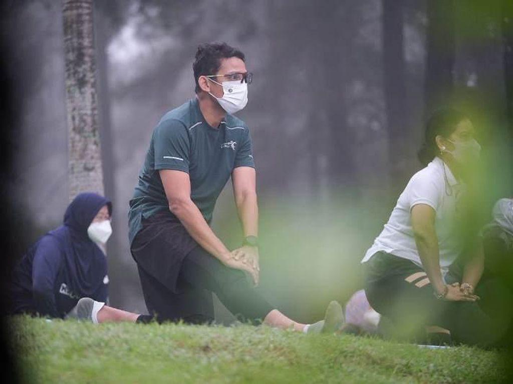 Sandiaga Lakukan Yoga sambil Menikmati Keindahan Candi Borobudur