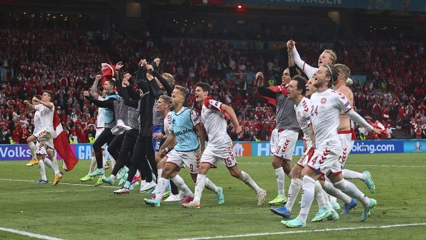 COPENHAGEN, DENMARK - JUNE 21: Players of Denmark celebrate in front of their fans following their side's victory in the UEFA Euro 2020 Championship Group B match between Russia and Denmark at Parken Stadium on June 21, 2021 in Copenhagen, Denmark. (Photo by Wolfgang Rattay - Pool/Getty Images)