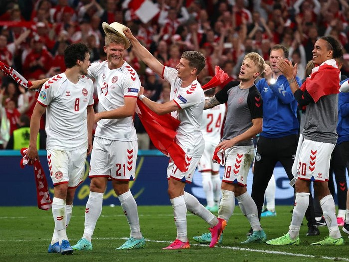 COPENHAGEN, DENMARK - JUNE 21: Andreas Cornelius of Denmark celebrates with teammates Thomas Delaney, Jens Stryger Larsen, Daniel Wass and Yussuf Poulsen after victory in the UEFA Euro 2020 Championship Group B match between Russia and Denmark at Parken Stadium on June 21, 2021 in Copenhagen, Denmark. (Photo by Wolfgang Rattay - Pool/Getty Images)