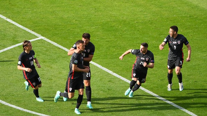 GLASGOW, SCOTLAND - JUNE 18: Ivan Perisic of Croatia celebrates with Bruno Petkovic and team mates after scoring their sides first goal during the UEFA Euro 2020 Championship Group D match between Croatia and Czech Republic at Hampden Park on June 18, 2021 in Glasgow, Scotland. (Photo by Andy Buchanan - Pool/Getty Images)