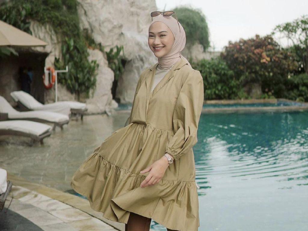5 Tutorial Hijab Pashmina dan Segi Empat ala Selebgram Indah Nada Puspita
