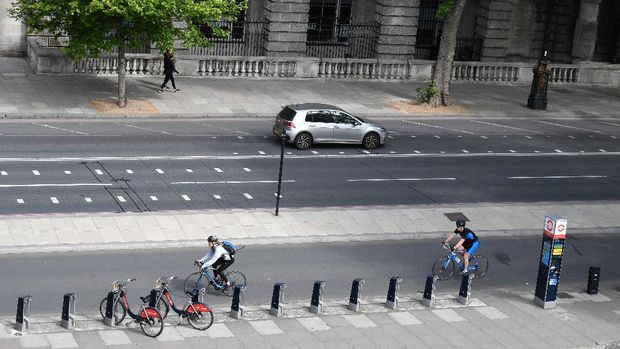 Cyclists travel in the cycle lane along the Embankment in central London on May 16, 2020, following an easing of lockdown rules in England during the novel coronavirus COVID-19 pandemic. - People are being asked to