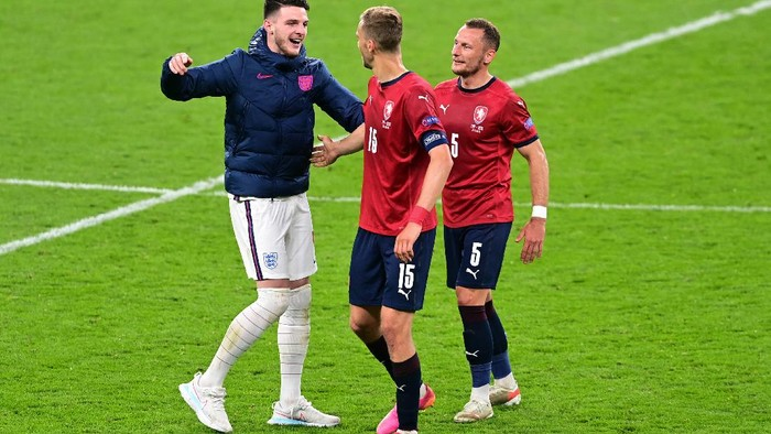 LONDON, ENGLAND - JUNE 22: Declan Rice of England interacts with Tomas Soucek of Czech Republic after the UEFA Euro 2020 Championship Group D match between Czech Republic and England at Wembley Stadium on June 22, 2021 in London, England. (Photo by Neil Hall - Pool/Getty Images)