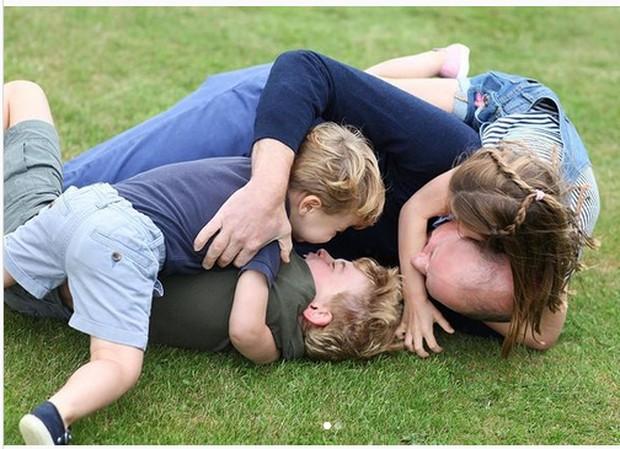Pangeran William bermain bersama ketiga anaknya