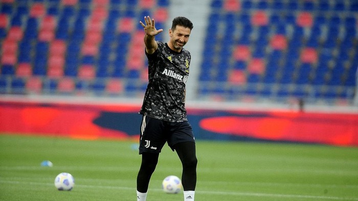 BOLOGNA, ITALY - MAY 23: Gianluigi Buffon goalkeeper of Juventus gestures during the warm up prior the beginning of  the Serie A match between Bologna FC and Juventus at Stadio Renato DallAra on May 23, 2021 in Bologna, Italy. (Photo by Mario Carlini / Iguana Press/Getty Images)