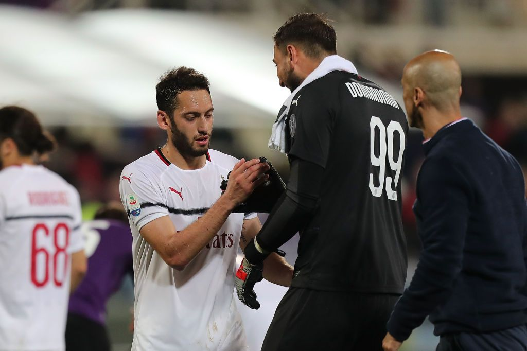 MILAN, ITALY - APRIL 21: Hakan Calhanoglu #10 of AC Milan celebrates with his team-mates after scoring the opening goal during the Serie A match between AC Milan and US Sassuolo at Stadio Giuseppe Meazza on April 21, 2021 in Milan, Italy. (Photo by Marco Luzzani/Getty Images)