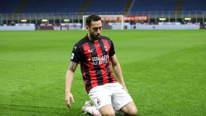 MILAN, ITALY - MAY 01: Hakan Calhanoglu of A.C. Milan celebrates after scoring their sides first goal during the Serie A match between AC Milan and Benevento Calcio at Stadio Giuseppe Meazza on May 01, 2021 in Milan, Italy. Sporting stadiums around Italy remain under strict restrictions due to the Coronavirus Pandemic as Government social distancing laws prohibit fans inside venues resulting in games being played behind closed doors.  (Photo by Marco Luzzani/Getty Images)