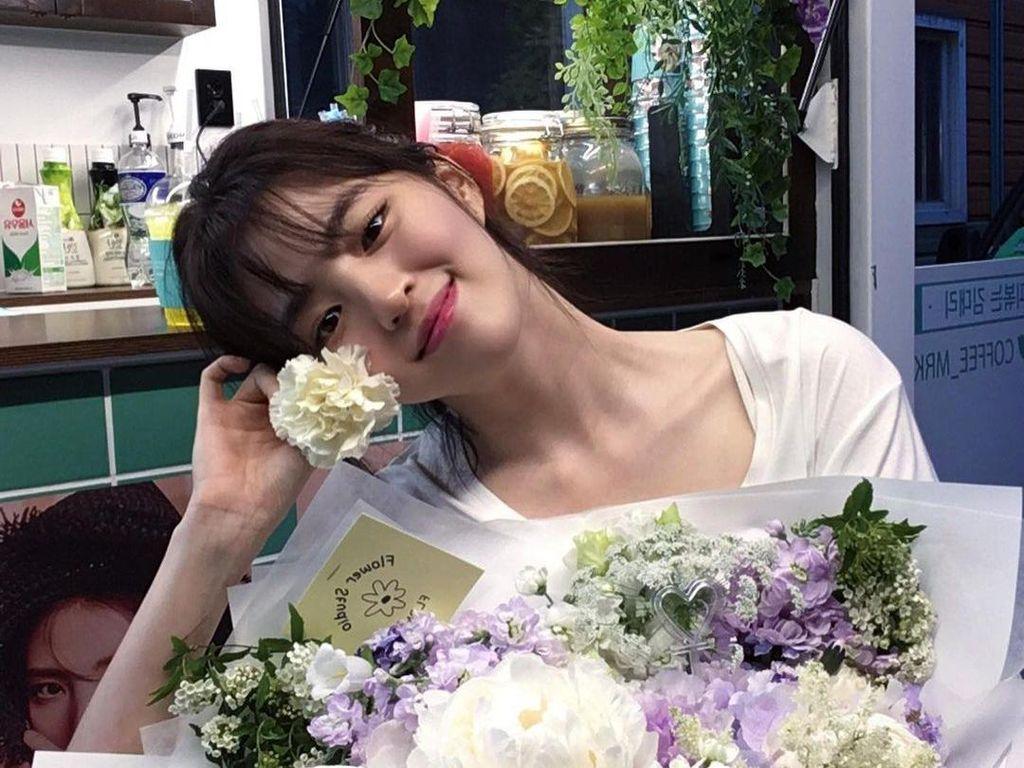Cantiknya Han So Hee Nevertheless Saat Makan Stroberi dan Ngopi