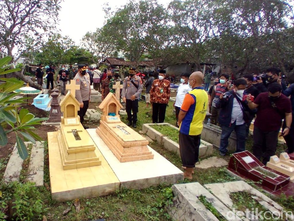 Warga Kerja Bakti Perbaiki Makam yang Dirusak Sekelompok Bocah di Solo