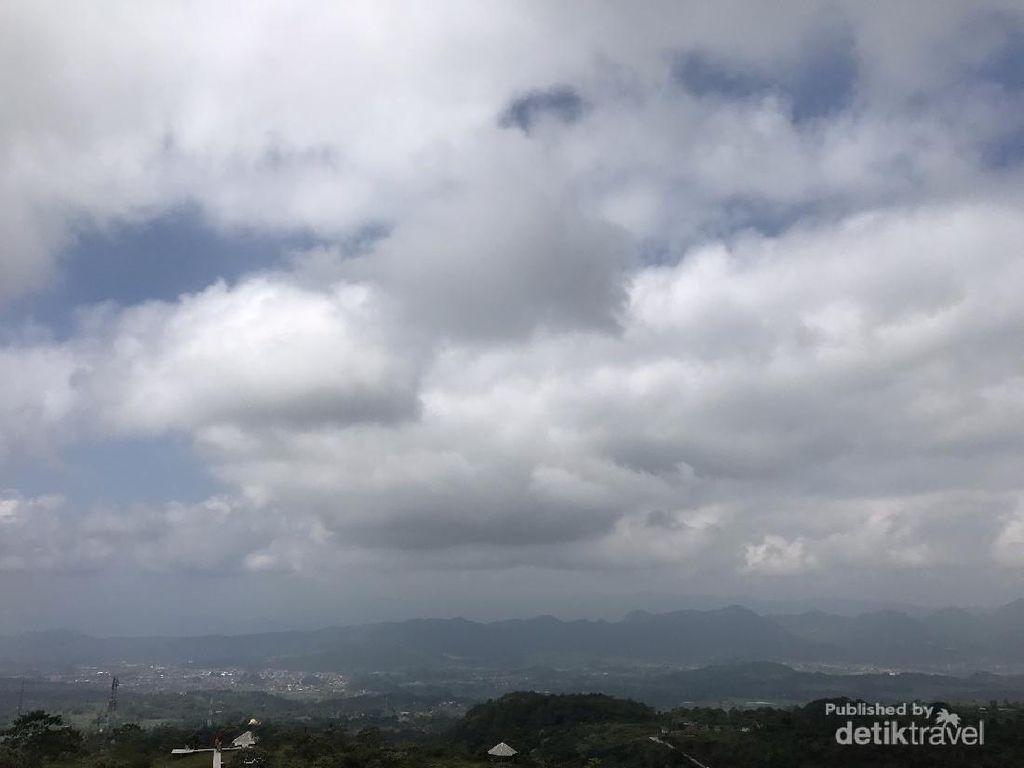 Menikmati Udara Segar di Sukageuri View
