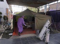 Potret Pasien COVID-19 Terpaksa Dirawat di Tenda Darurat