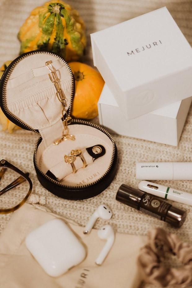 Ilustrasi: Menyimpan perhiasan emas dalam wadah yang lembut