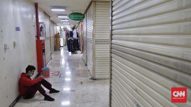Suasana salah satu Pusat perbelanjaan di Jakarta, Rabu, 23 Juni 2021. Pemerintah lewat Kementerian Koordinator Bidang Perekonomian melakukan penguatan PPKM Mikro salah satunya kembali memberlakukan pembatasan jam operasional pusat perbelanjaan yang hanya boleh beroperasi hingga pukul 20.00WIB. CNN Indonesia/Adhi Wicaksono