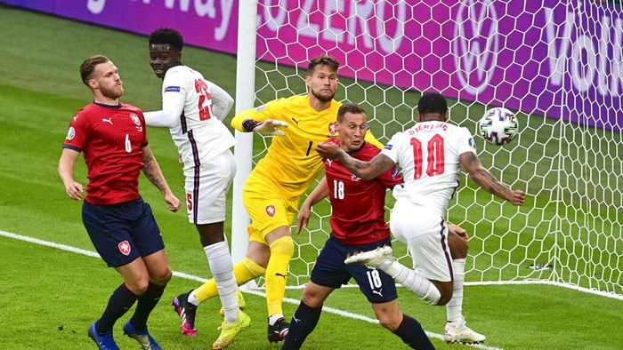 Englands Raheem Sterling, right, scores his teams first goal during the Euro 2020 soccer championship group D match between the Czech Republic and England at Wembley stadium, London, Tuesday, June 22, 2021. (Neil Hall/Pool Photo via AP)