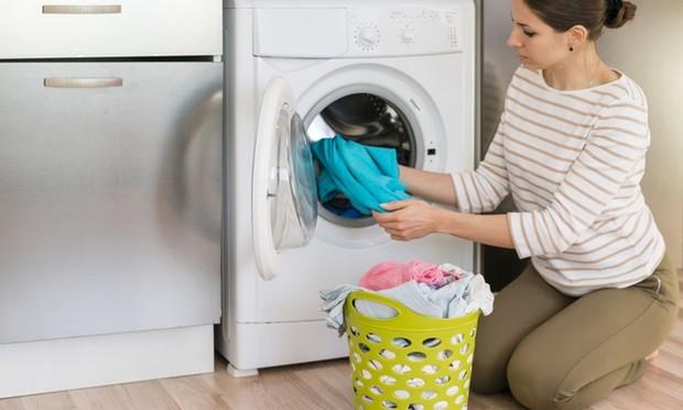 Sarung bantal satin dan sutra sebaiknya tak dicuci menggunakan mesin.