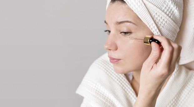 Skincare berbahan AHA bekerja ampuh menghilangkan sel-sel kulit mati.