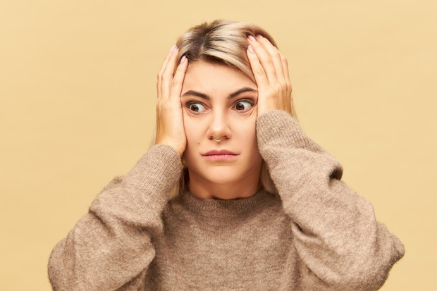 Asing dengan diri sendiri merupakan salah satu tanda burnout yang menyerang kelelahan emosional.