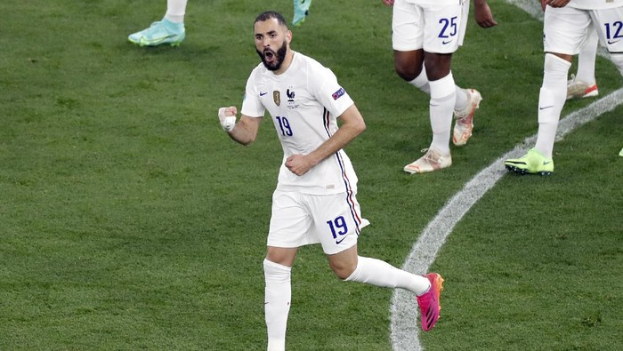 Frances Karim Benzema celebrates after scoring on goal on a penalty kick during the Euro 2020 soccer championship group F match between Portugal and France at the Ferenc Puskas stadium in Budapest, Hungary, Wednesday, June 23, 2021. (AP Photo/Laszlo Balogh, Pool)