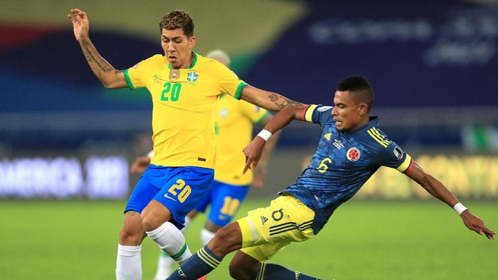 RIO DE JANEIRO, BRAZIL - JUNE 23: Roberto Firmino of Brazil fights for the ball with William Tesillo of Colombia during a Group B match between Brazil and Colombia as part of Copa America Brazil 2021 at Estadio Olímpico Nilton Santos on June 23, 2021 in Rio de Janeiro, Brazil. (Photo by Buda Mendes/Getty Images)