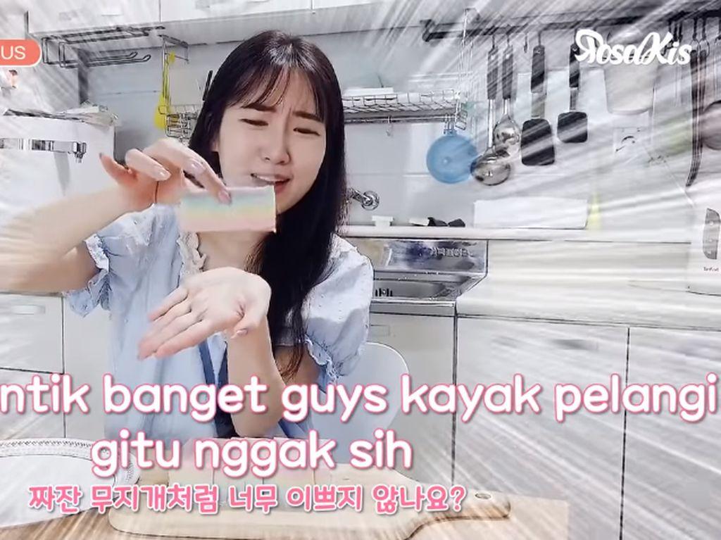 Cewek Korea Pertama Kali Bikin dan Cicip Es Gabus, Ini Reaksinya