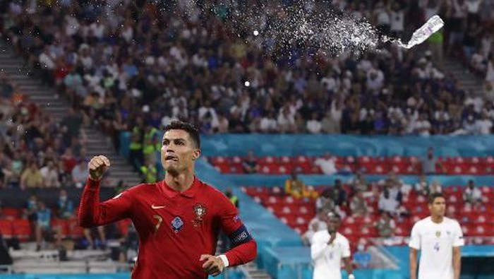 Portugals forward Cristiano Ronaldo celebrates after scoring a second penalty kick during the UEFA EURO 2020 Group F football match between Portugal and France at Puskas Arena in Budapest on June 23, 2021. (Photo by BERNADETT SZABO / POOL / AFP)