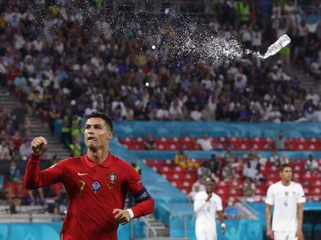 Cristiano Ronaldo Dilempari Botol Cola-Cola, Dikejar Fans