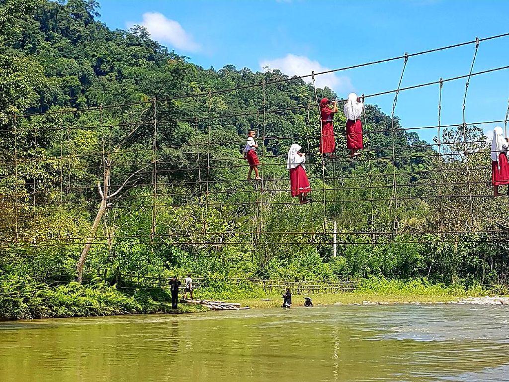 Potret Pelajar di Sulbar Bertaruh Nyawa Lintasi Tali Jembatan Gantung