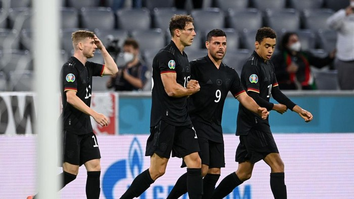 MUNICH, GERMANY - JUNE 23: Leon Goretzka of Germany celebrates with Kevin Volland and team mates after scoring their sides second goal during the UEFA Euro 2020 Championship Group F match between Germany and Hungary at Allianz Arena on June 23, 2021 in Munich, Germany. (Photo by Christof Stache - Pool/Getty Images)