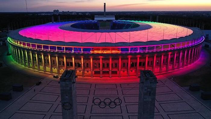 Lampu warna-warni menghiasi Olympiastadion di Berlin. Pemandangan itu terlihat bertepatan dengan pertandingan Euro 2020 antara Jerman vs Hungaria.