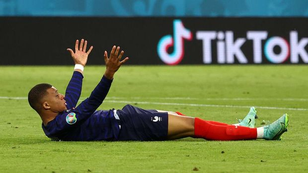 MUNICH, GERMANY - JUNE 15: Kylian Mbappe of France reacts after being challenged by Mats Hummels (Not pictured) of Germany during the UEFA Euro 2020 Championship Group F match between France and Germany at Football Arena Munich on June 15, 2021 in Munich, Germany. (Photo by Kai Pfaffenbach - Pool/Getty Images)