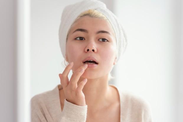 scrub berfungsi untuk menghilangkan sel kulit mati pada bibir dan bermanfaat agar bibir menjadi lebih sehat