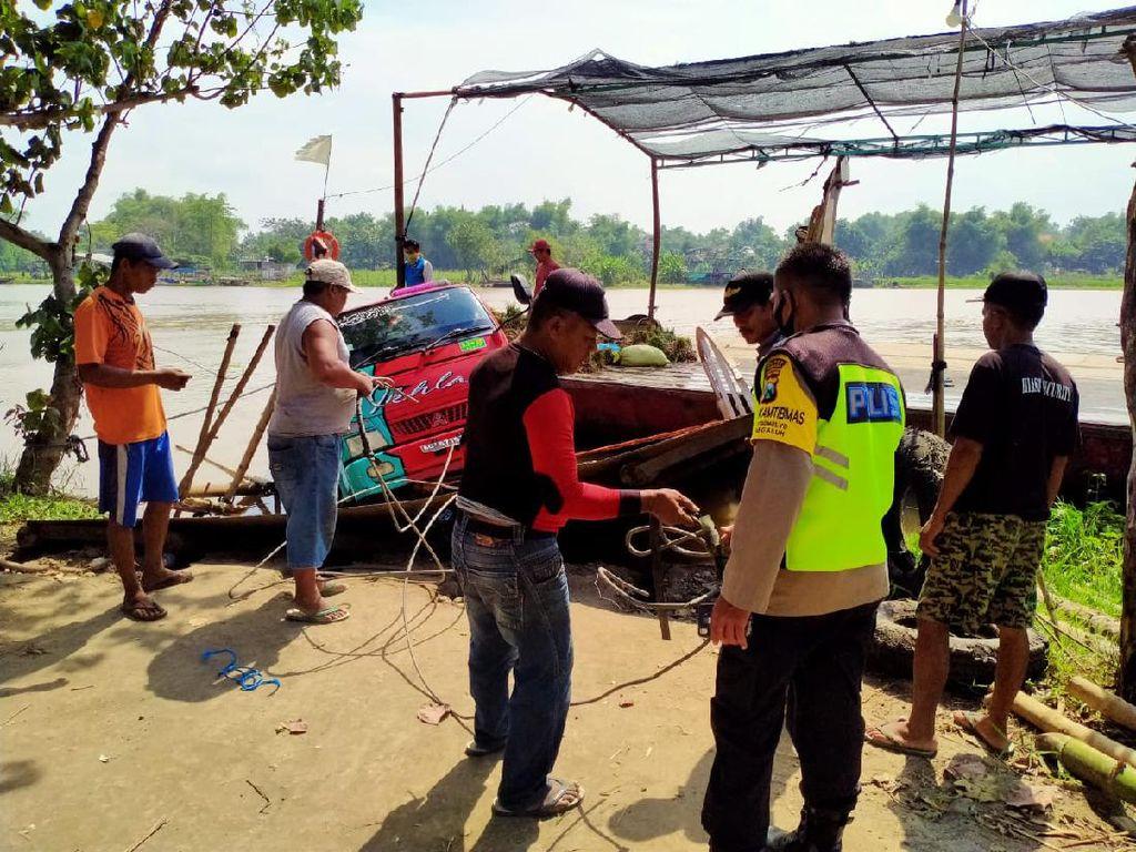 Nekat Dinaikkan Perahu Tambang, Truk Muat 1 Ton Bawang Nyaris Tercebur Sungai