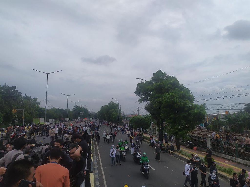 Massa Pendukung HRS di 2 Titik Dekat Flyover Klender Mulai Bubarkan Diri