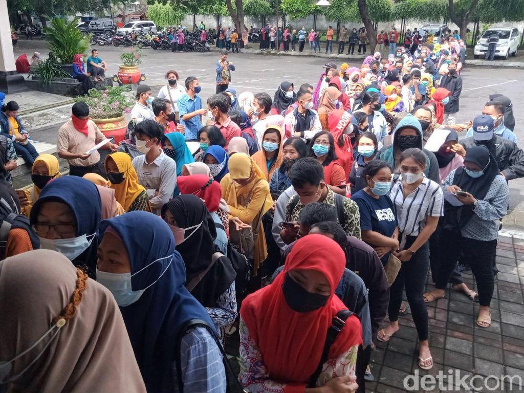 Picu Kerumunan, Antrean Vaksinasi Massal di Klaten Dibubarkan